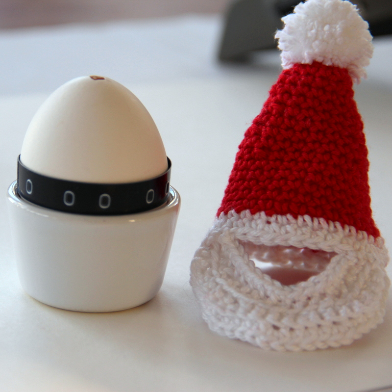 Osterei mit Nikolausmütze - easter egg with santas hat