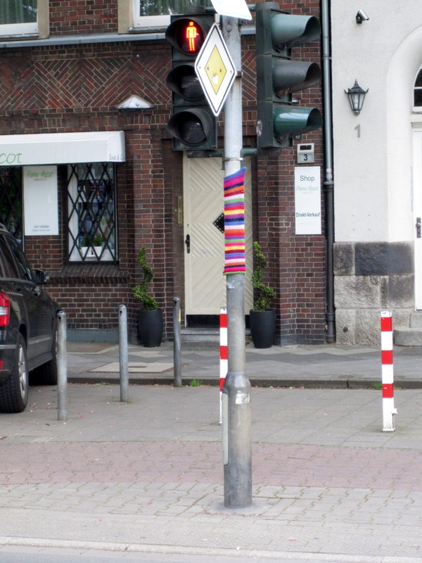 Guerilla Knitting an Ampel in Düsseldorf